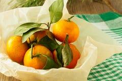 Mandarinas en cocinar horizontal de papel Imágenes de archivo libres de regalías