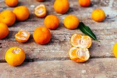 Mandarinas en fondo de madera Foto de archivo
