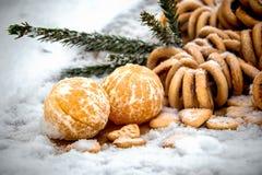 Mandarinas en la nieve en una tabla de madera, Año Nuevo, una vida inmóvil Imagen de archivo libre de regalías