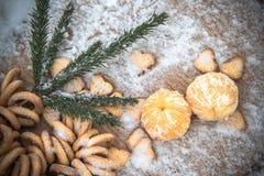 Mandarinas en la nieve en una tabla de madera, Año Nuevo, una vida inmóvil Fotografía de archivo