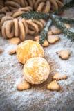 Mandarinas en la nieve en una tabla de madera, Año Nuevo, una vida inmóvil Foto de archivo libre de regalías