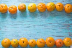 Mandarinas en un fondo azul Foto de archivo