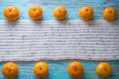 Mandarinas en una bufanda blanca Imagen de archivo libre de regalías