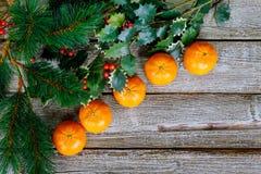 Mandarinas, fondo superficial de madera de la Navidad del fondo de las ramas de árbol de navidad fotos de archivo