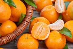 Mandarinas frescas con las hojas Fotos de archivo