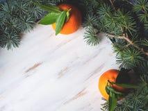 Mandarinas frescas en el tablero blanco Foto de archivo