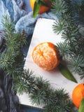 Mandarinas frescas en el tablero rústico blanco Fotografía de archivo