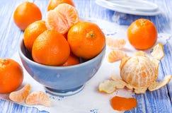Mandarinas frescas en un cuenco de cerámica Fotografía de archivo libre de regalías
