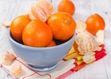 Mandarinas frescas en un cuenco de cerámica Foto de archivo