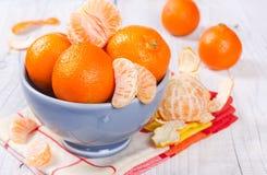 Mandarinas frescas en un cuenco de cerámica Fotografía de archivo