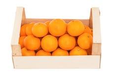 Mandarinas maduras, jugosas en una caja de madera apilada como pirámide Imágenes de archivo libres de regalías