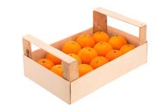 Mandarinas maduras, jugosas en una caja de madera apilada en una una fila Fotos de archivo libres de regalías