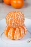 Mandarinas peladas en la placa Imágenes de archivo libres de regalías
