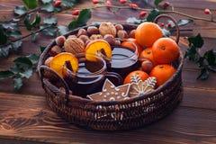 Mandarinas reflexionadas sobre del vino nuts foto de archivo libre de regalías