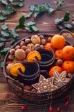Mandarinas reflexionadas sobre del vino nuts imagenes de archivo