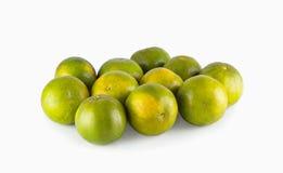 Mandarinas verdes, aisladas en el fondo blanco Imágenes de archivo libres de regalías