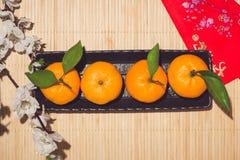 Mandarinas y Año Nuevo lunar con el texto Fotos de archivo