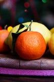 Mandarinas y limones mezclado de frutas frescas con las hojas Imagenes de archivo
