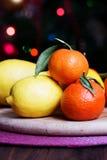 Mandarinas y limones mezclado de frutas frescas con las hojas Imagen de archivo