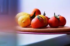 Mandarinas y limones mezclado de frutas frescas con las hojas Fotografía de archivo libre de regalías