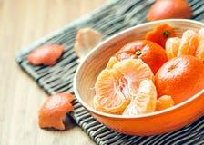 Mandarine épluchée dans une cuvette Image stock