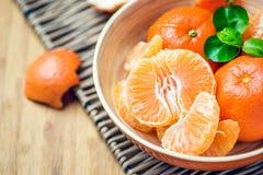 Mandarine épluchée dans une cuvette Photographie stock