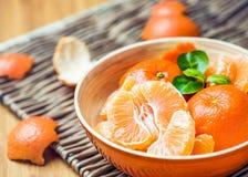 Mandarine épluchée dans une cuvette photographie stock libre de droits