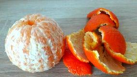 Mandarine abgezogen und Schale Stockbilder