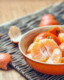 Mandarine abgezogen weg in eine Schüssel Stockbilder
