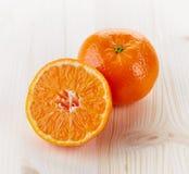 Mandarine auf Holztisch Lizenzfreie Stockbilder