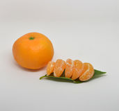 mandarine avec des feuilles en gros plan sur un blanc photographie stock libre de droits