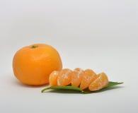mandarine avec des feuilles en gros plan sur un blanc image libre de droits