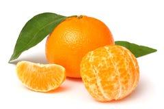 Mandarine avec la feuille verte d'isolement sur le blanc Image stock