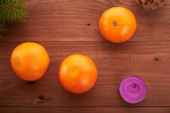 Mandarine de fond de Noël et arbre vert Images libres de droits