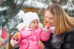 Mandarine de mère et de fille Amusement de l'hiver Photo libre de droits
