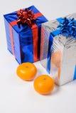 Mandarine deux et cadeaux de nouvelle année Photo stock