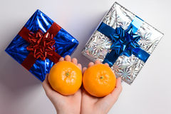 Mandarine deux et cadeaux de nouvelle année Image stock