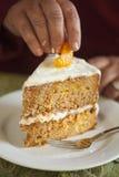 Mandarine, die auf Karottenkuchen gesetzt wird Lizenzfreie Stockfotos