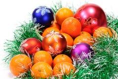 Mandarine, Kieferzweige und Weihnachtskugeln Stockfotografie