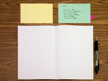 Mandarine; Lernen von neuen Sprachschreibens-Wörtern auf dem Notizbuch Stockfotografie