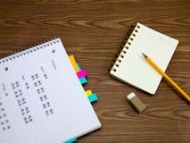 Mandarine; Lernen von neuen Sprachschreibens-Wörtern auf dem Notizbuch Stockfoto