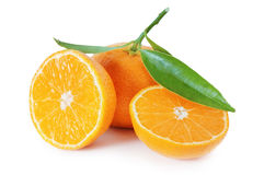 Mandarine mûre avec les lames vertes. photos stock