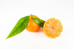 Mandarine mit Blättern Getrennt Lizenzfreies Stockfoto