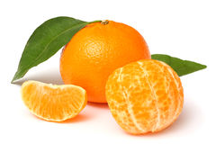 Mandarine mit dem grünen Blatt lokalisiert auf Weiß Stockbild
