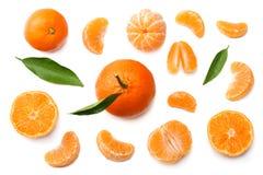 Mandarine mit den Scheiben und grünem Blatt lokalisiert auf Draufsicht des weißen Hintergrundes Lizenzfreie Stockfotos