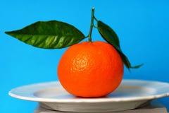 Mandarine mit drei Blättern fotografiert Stockfotos