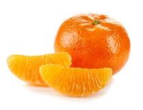 Mandarine mit Scheiben auf weißem Hintergrund Lizenzfreie Stockfotografie