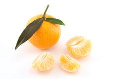 Mandarine oder Tangerine mit Blättern und abgezogenem Stockbilder