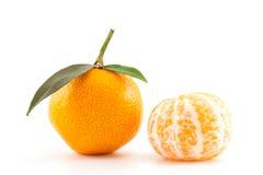 Mandarine oder Tangerine mit Blättern und abgezogenem Lizenzfreie Stockbilder