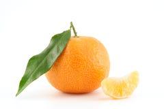 Mandarine oder Tangerine mit Blättern und abgezogenem Lizenzfreies Stockfoto